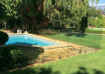 Our frameless glass fences provide unobstructed views of swimming pools